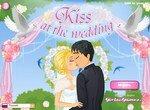 Свадебный поцелуй у алтаря