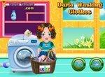 Дарья стирает грязную одежду