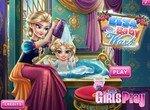 Эльза купает маленькую дочку