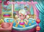 Малышка Челси купается в ванной
