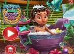 Малышка Моана принимает ванну